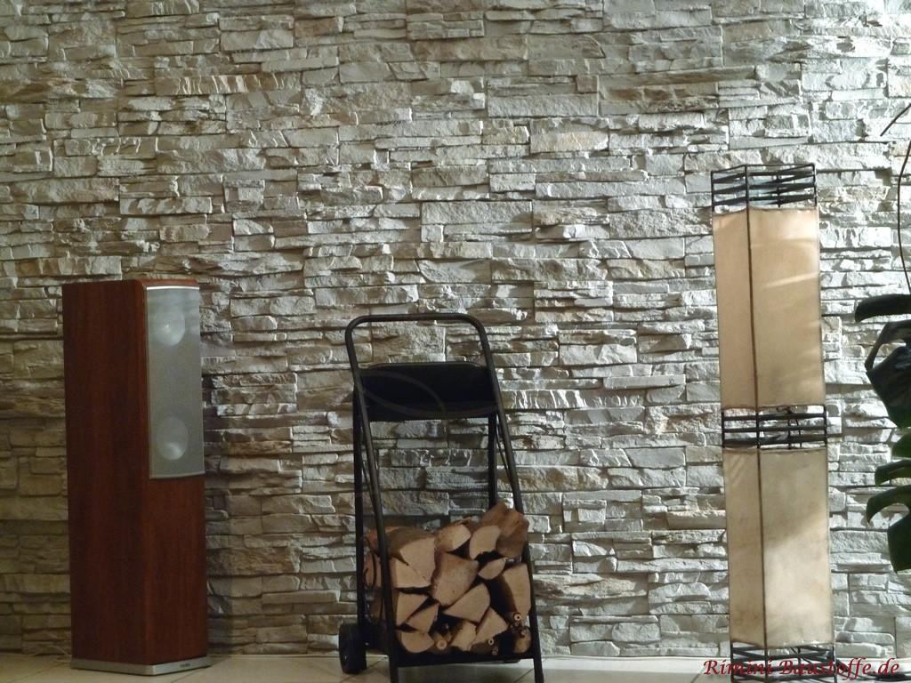 Schöne hellgraue Wohnzimmerwand mit dunklen Holzmöbeln