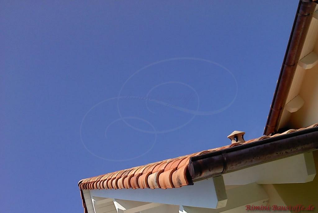 Nahaufnahme eines Ortgangs eines romanischen Dachziegels