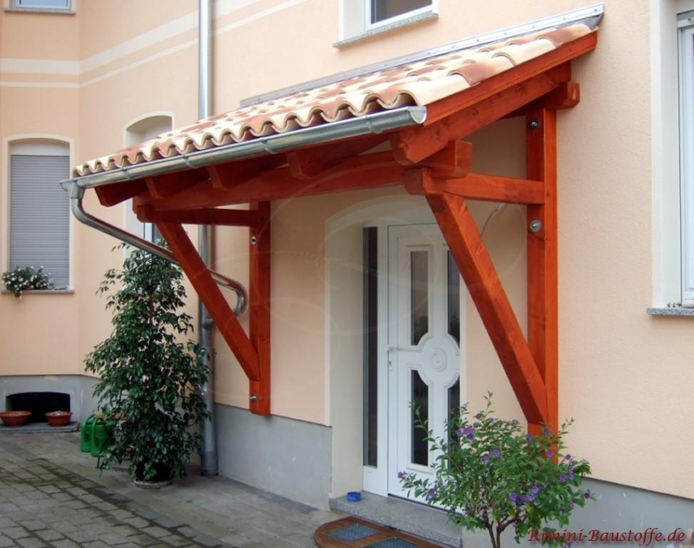 Dachüberstand über der Eingangstür mit Mönch-Nonne Halbschalen gedeckt