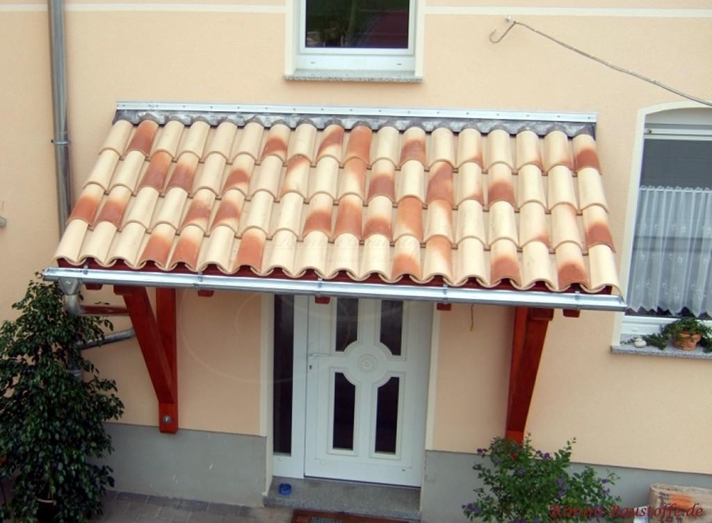Dachüberstand mit strohgelben Halbschalen gedeckt