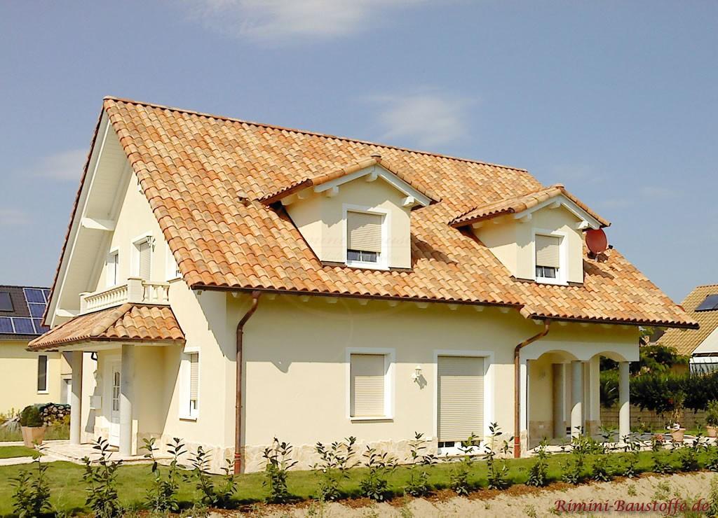schönes mediterranes Einfamilienhaus mit überdachter Terrasse