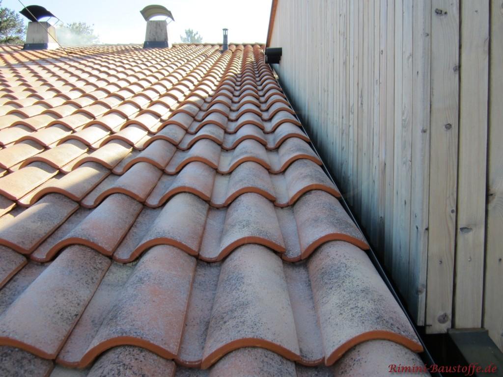 Nahaufnahme romanischer Dachziegel San Marco Farbe Tiscino