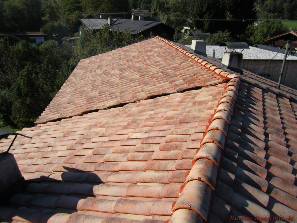Walmdach mit mediterranem Dachziegel gedeckt