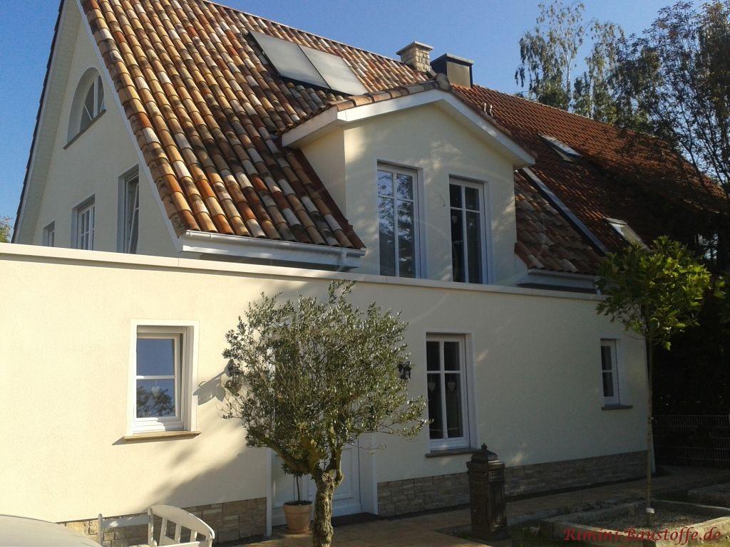 schönes Haus mit Putzfassade mit schöner passender Dachfarbe