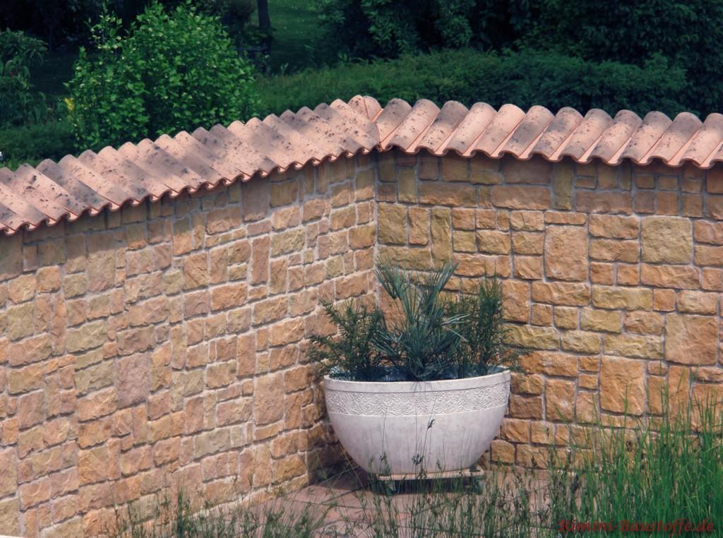 Gartenmauer in brauner Sandsteinoptik mit Halbschalen gedeckt
