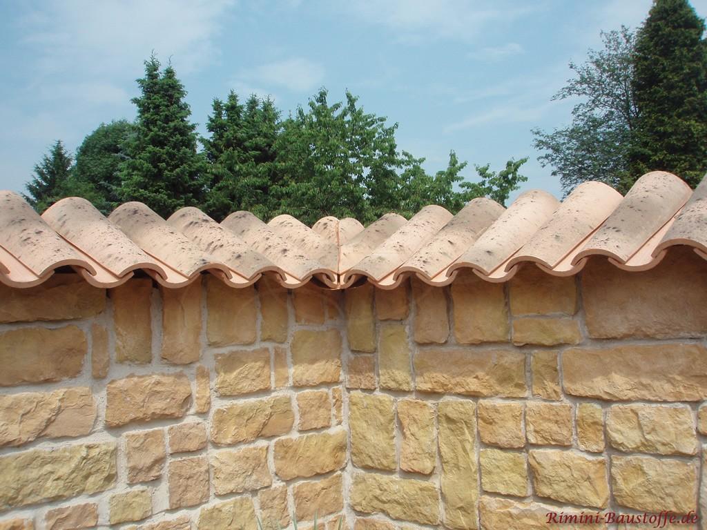 90° Ecke einer Mauer mit zugeschnittenen Halbschalen