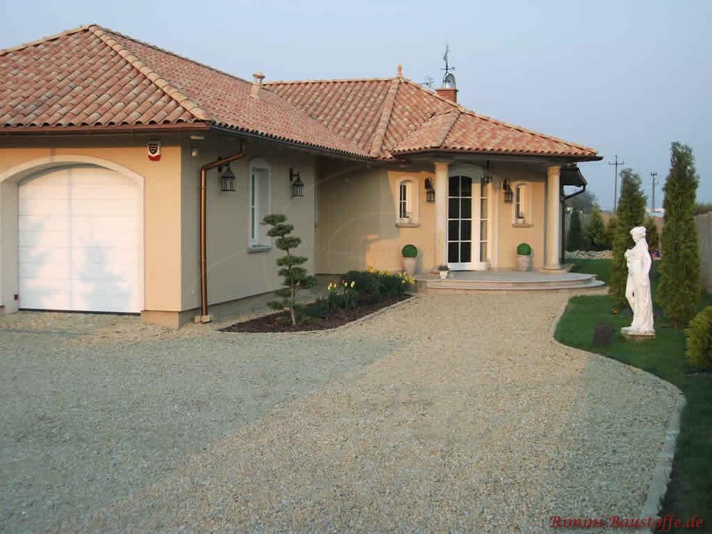strohgelber Dachziegel mit großem Wulst zu einer gelben Putzfassade