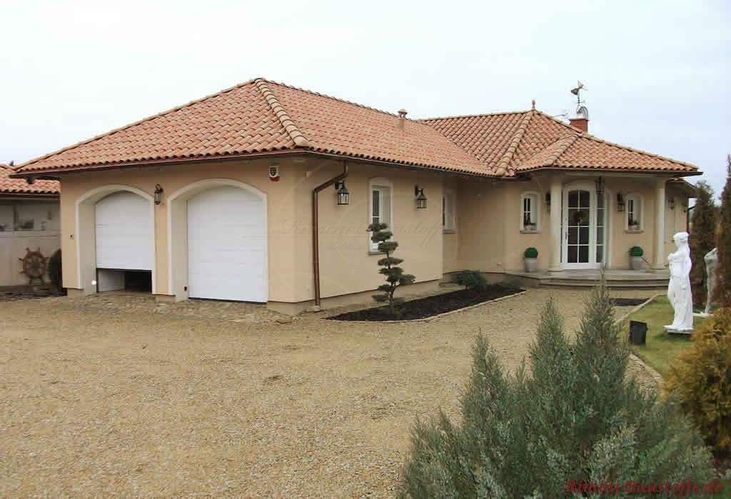 schönes mediterranes Haus mit Doppelgarage im südländischen Stil
