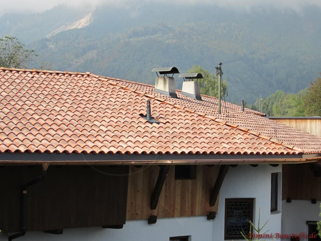 Romanischer Dachziegel mit einer roten Basis und heller Engobe