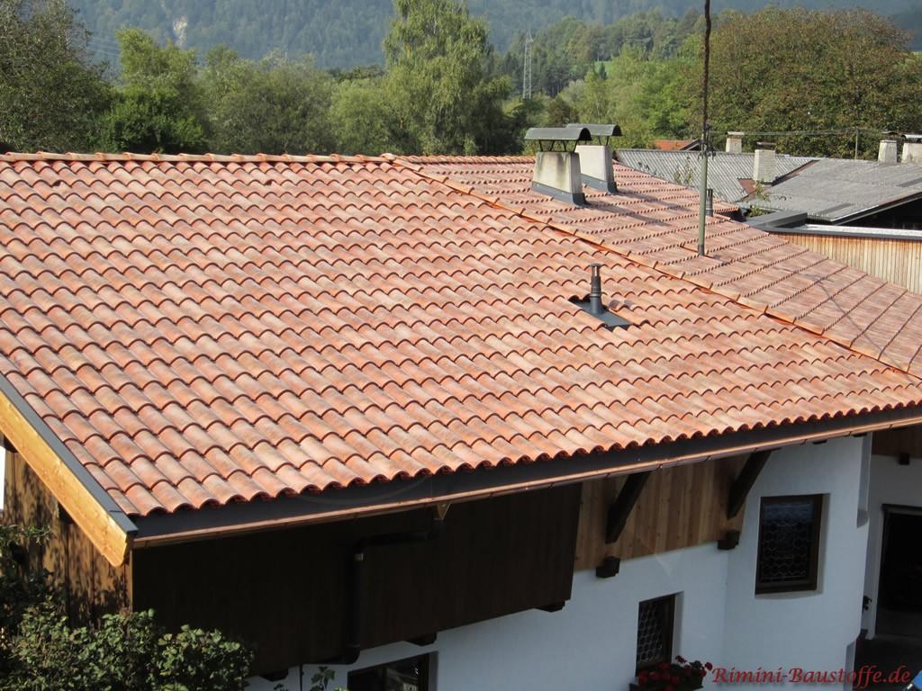 sehr schöner Dachziegel in einer roten, mediterranen Farbe