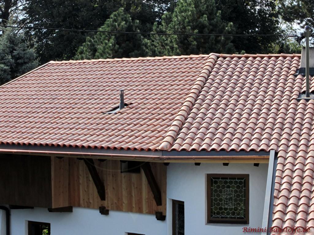 roter Dachziegel mit heller Engobe auf einem Walmdach