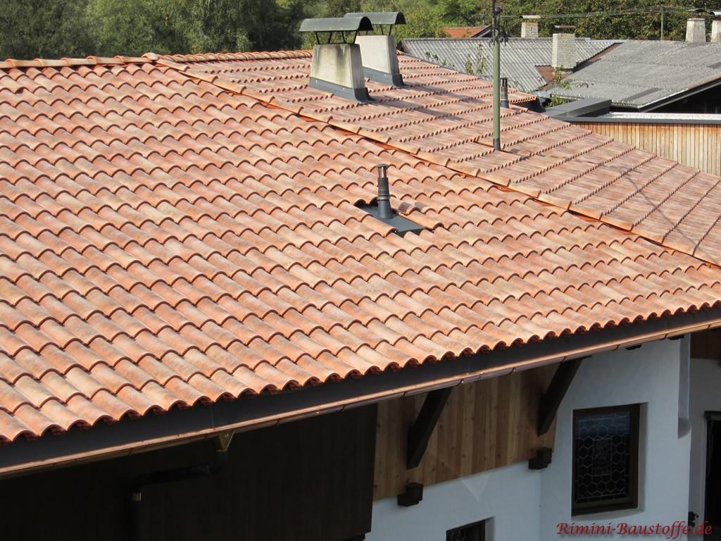sehr schöner romanischer Dachziegel mit einer roten Basis und heller Engobe