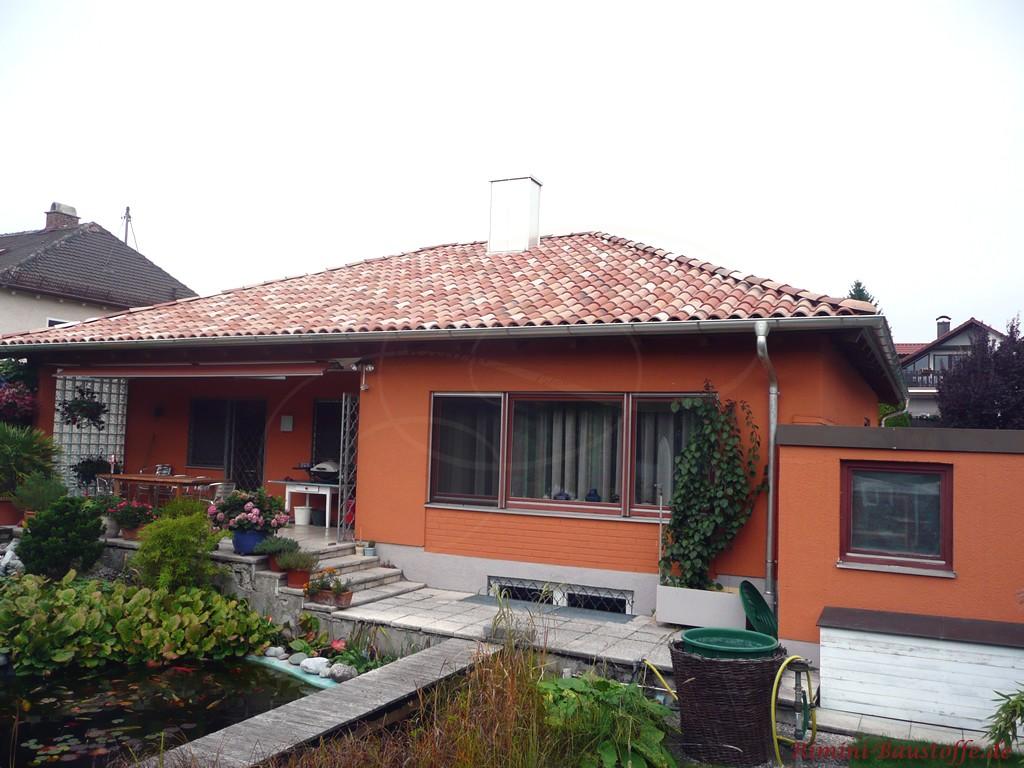 schöne kräftige orange Fassade und ein sehr schöner passender Dachziegel