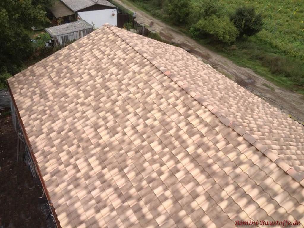 Langes Satteldach in einer sehr schönen Sandfarbe