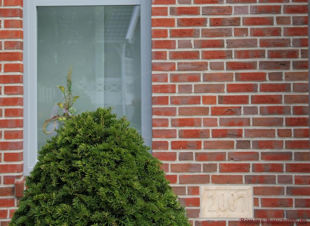 Baujahr des Hauses auf einer Tafel aus Sandstein eingebettet im Klinker