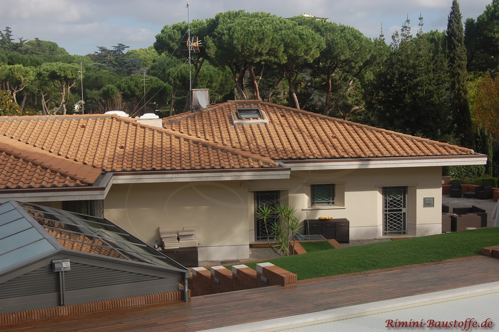 mediterraner bungalow mit Mönch Nonne Eindeckung mit einer Platte