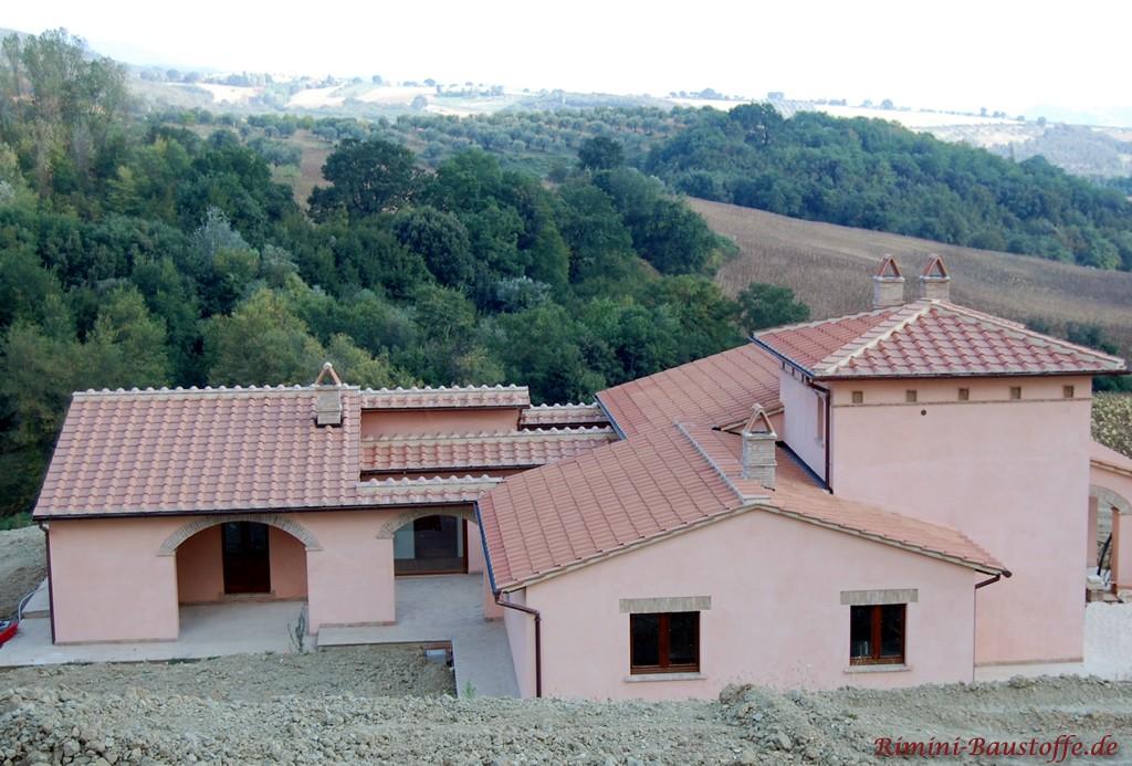 Neubau in Italien mit Halbschalen + Platte eingedeckt