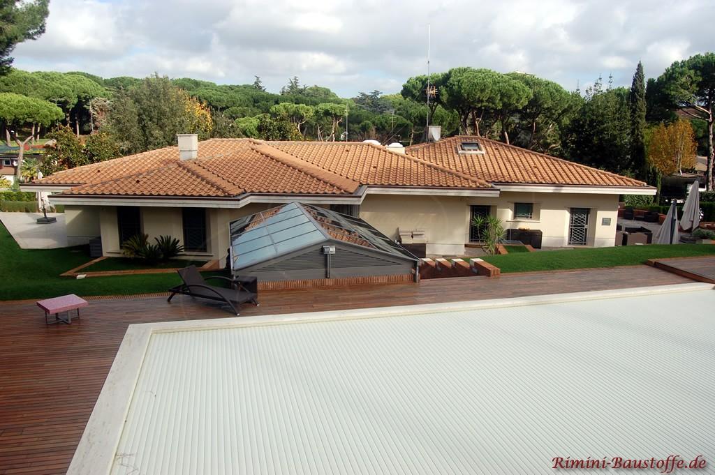 schönes mediterranes Anwesen mit einem Haus im Bungalowstil