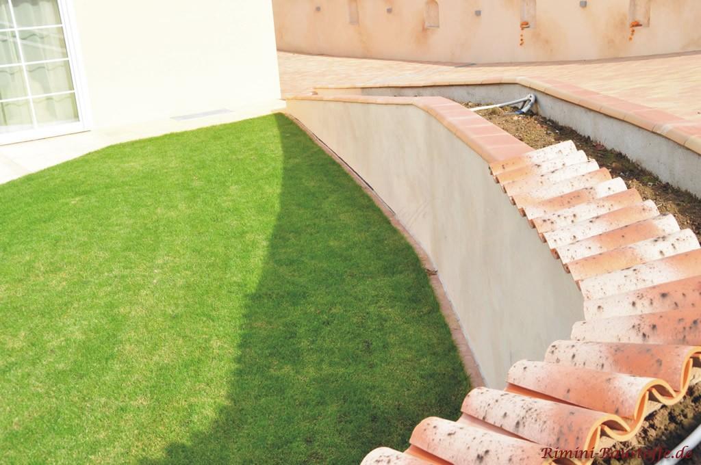 halbhohe mediterrane Gartenmauer mit verschiedenen Abdeckungen