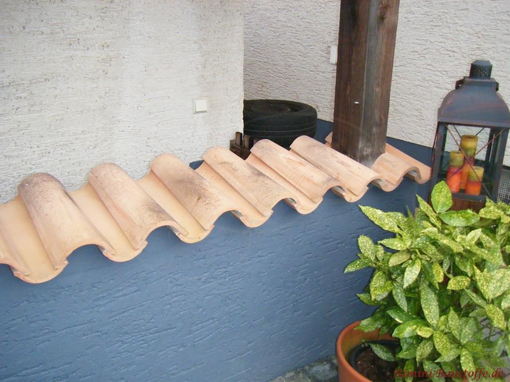 helle Mauerabdeckung mit einem eingearbeiteten Holzpfeiler