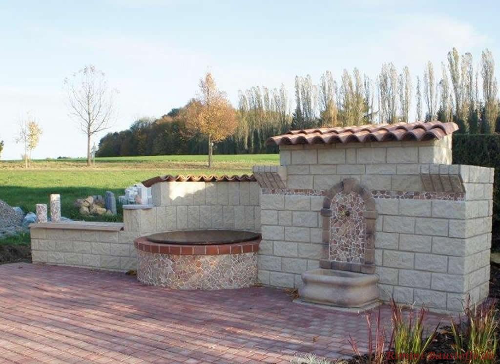 Gartenmauer mit Brunnen und sehr schönen Mosaiken