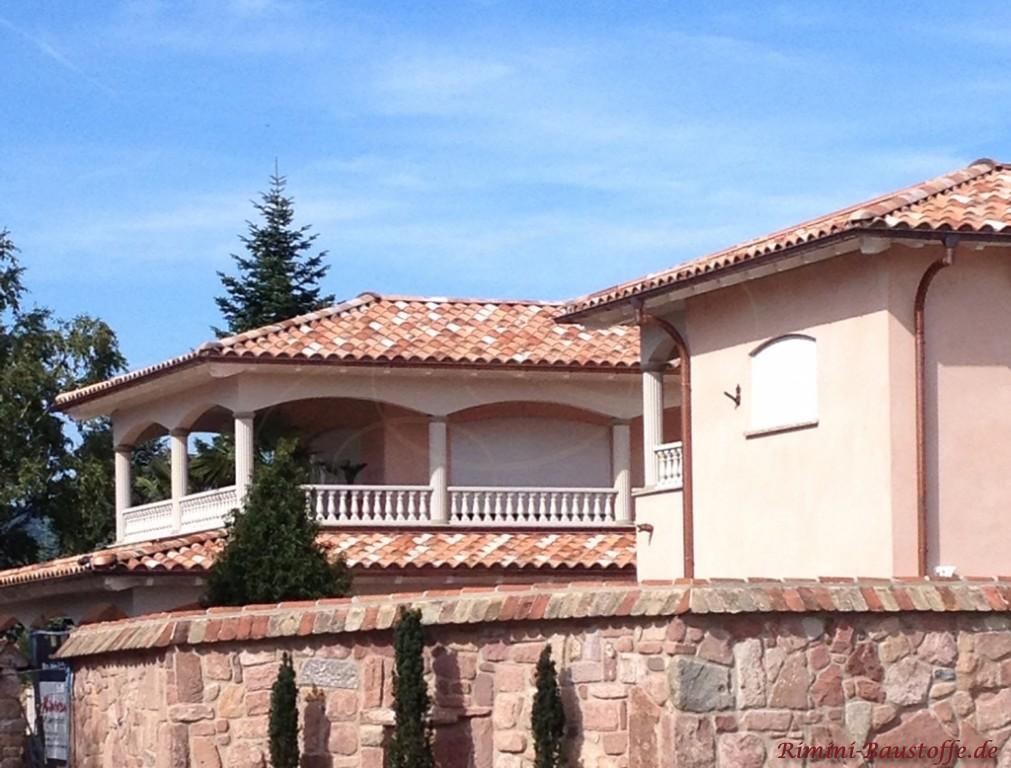 große Villa mit überdachter Dachterrasse bzw. Attika und Balustraden