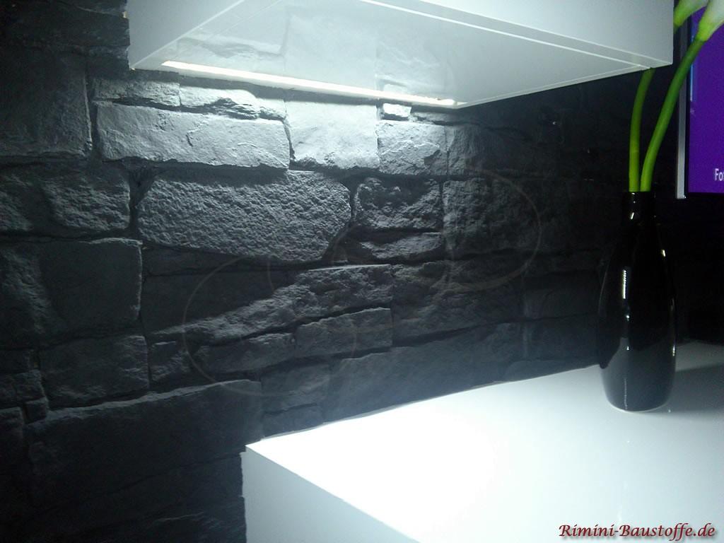 indirekte Beleuchtung der anthrazitfarbenen Wand in Schieferoptik