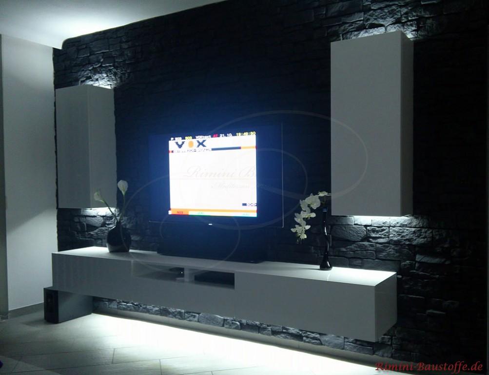 Fernsehwand in anthrazitfarbener Natursteinoptik mit indirekter Beleuchtung