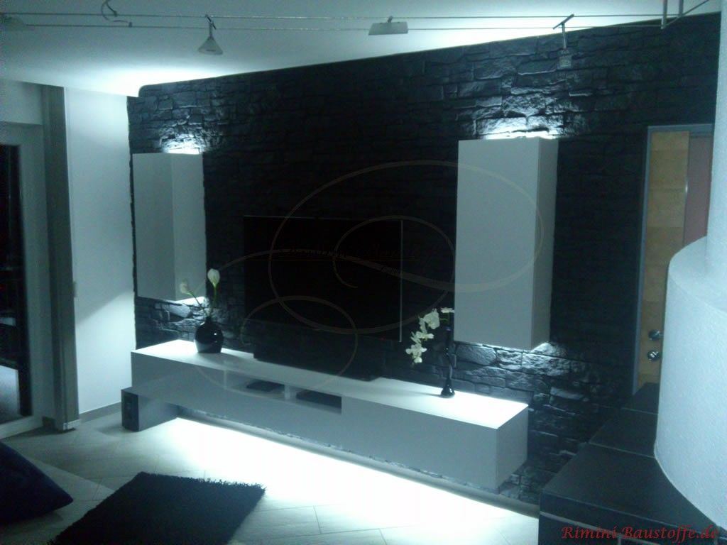schöne indirekte Beleuchtung der Möbel vor einer anthrazitfarbenen Wand