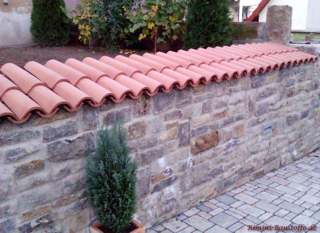 Natursteingartenmauer mit Halbschalen doppelreihig gedeckt