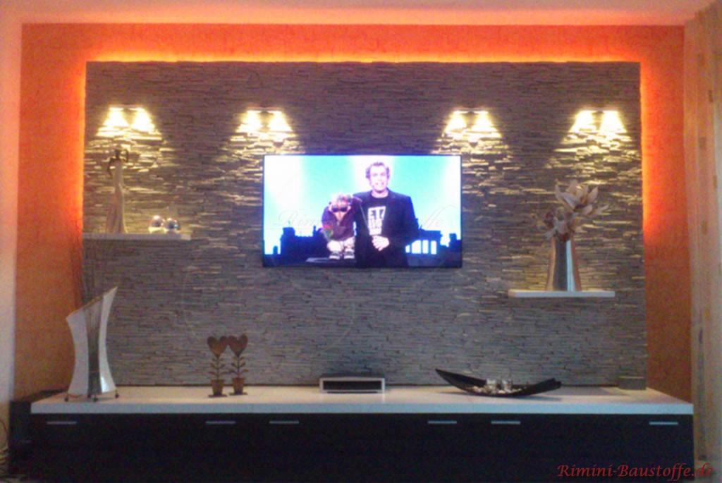 Schöne indirekt beleuchtete Fernsehwand in Natursteinoptik