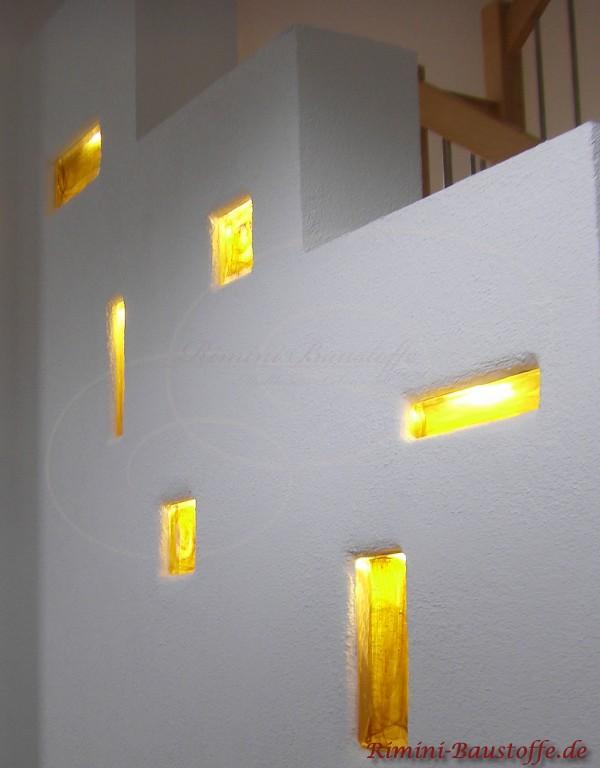 einzelne farbige Glaselemente in die Wand eingemauert