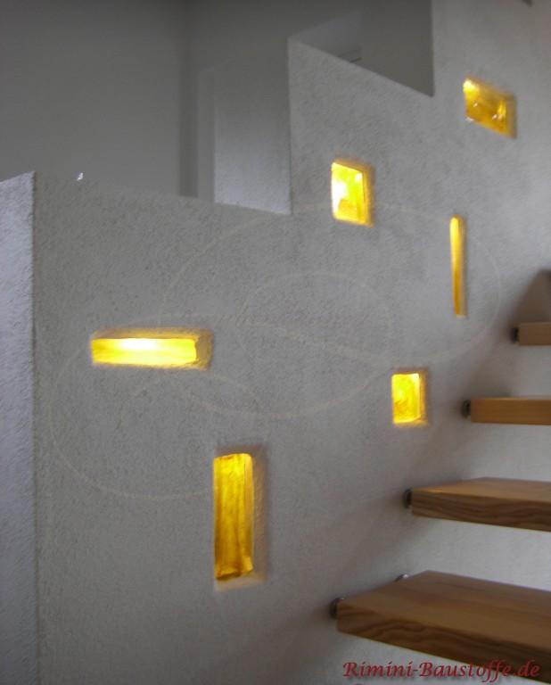 einzelne Glaselemente in den Treppenaufgang eingemauert