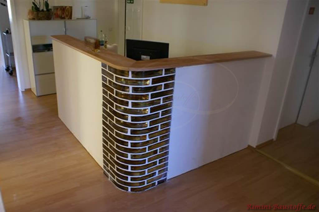 Ecke eines Empfangsthresens aus Glaselementen