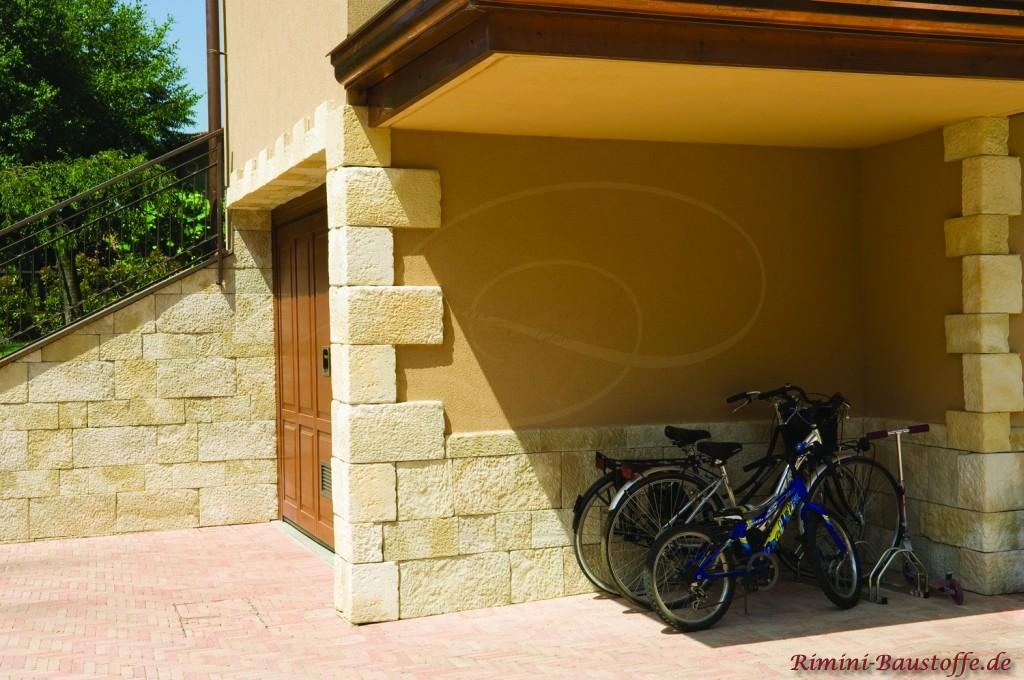 schönes mediterranes Detail, Bossen und ein Sockel an der Fassade