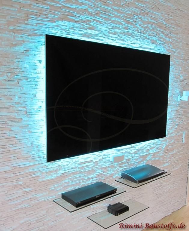 """Fernsehwand mit indirekter Beleuchtung und """"schwebenden"""" Borten"""