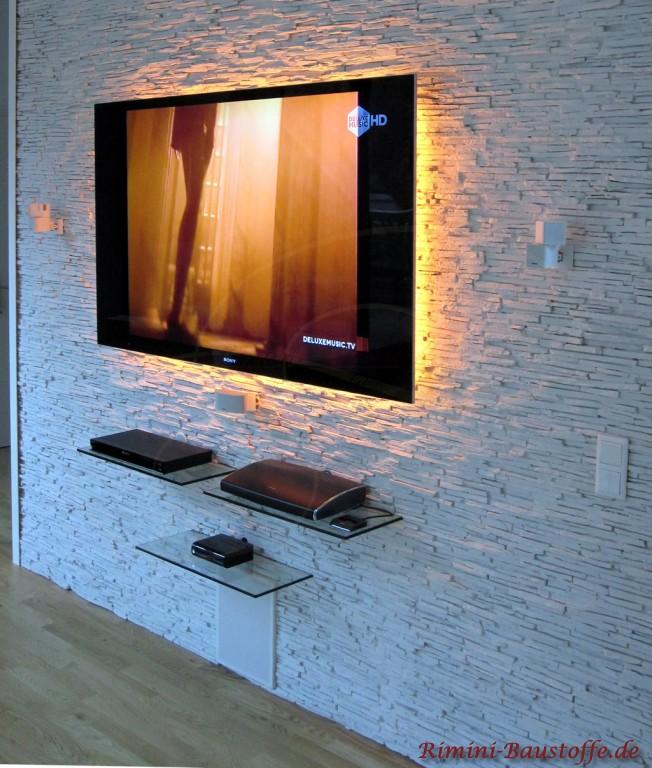 Wand hinter dem Fernseher mit Kunststoffpaneelen verblendet
