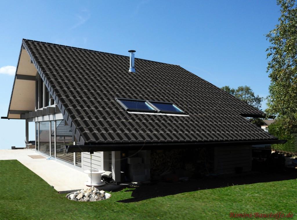 modernes Haus mit großer Dachfläche. schöne dunkle Ziegel