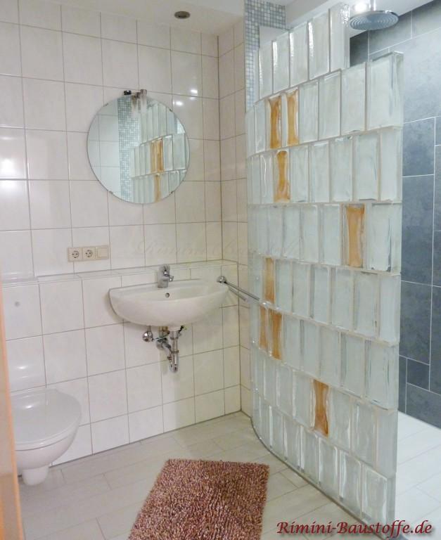 Sehr schöne Duschwand aus Glaselementen in zwei Farben