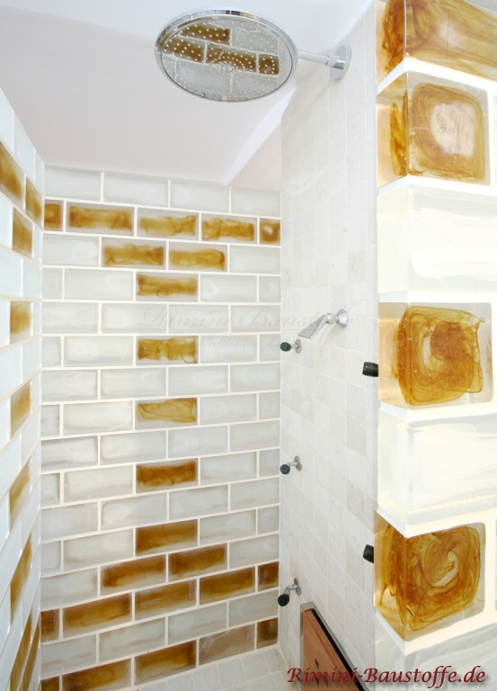 sehr schöne helle Dusche mit einer Duschwand aus Muranoglas
