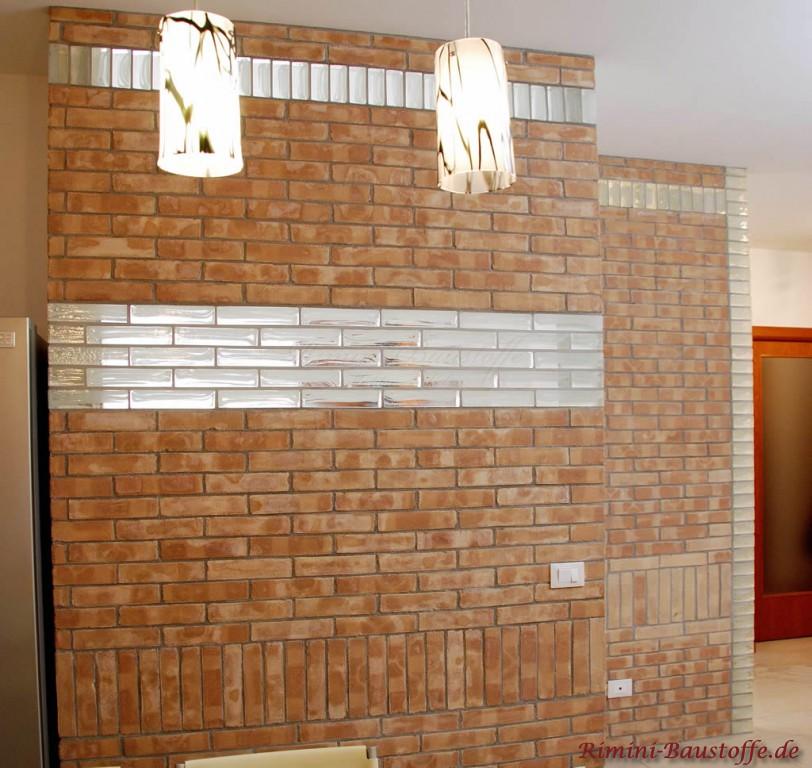 schöne freundliche Wandgestaltung mit Klinker und Glaselementen