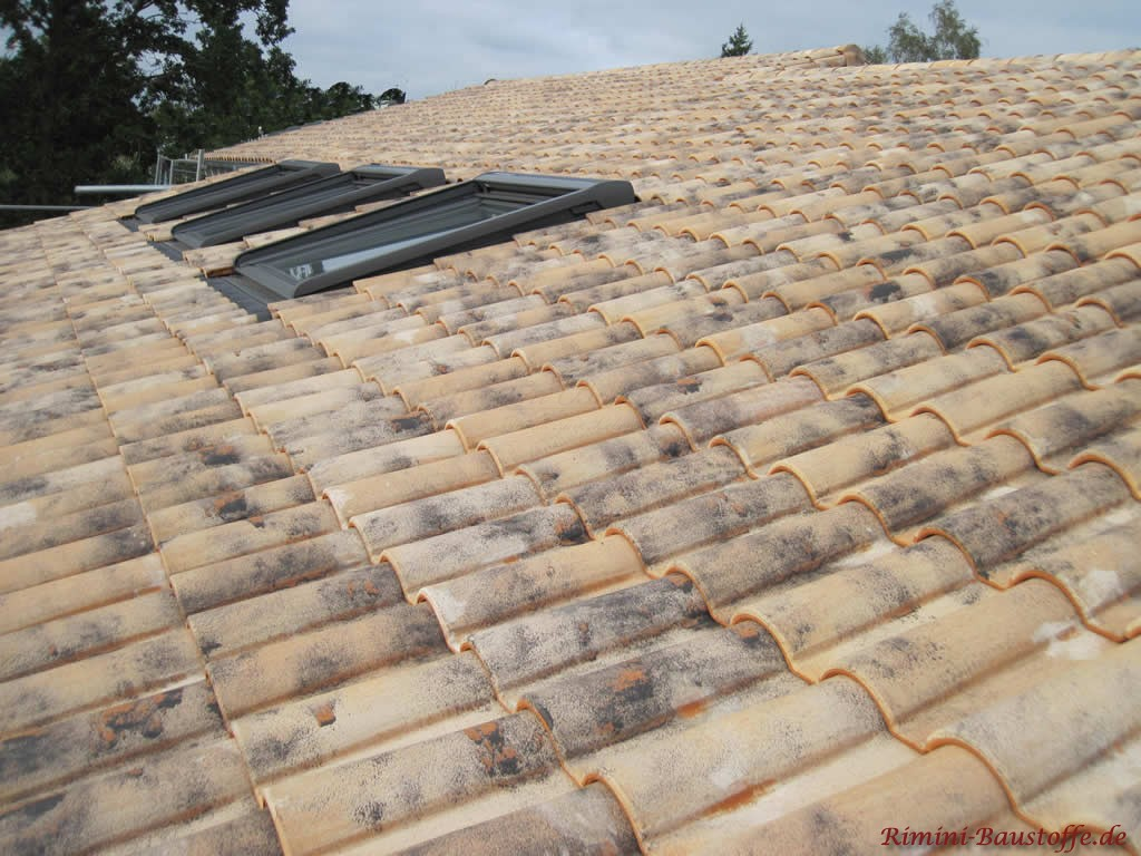 schöner milder romanischer Dachziegel, Dachfenster installiert