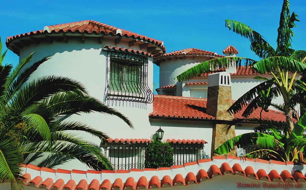 Halbschale auf der Mauer und auf den Dächern