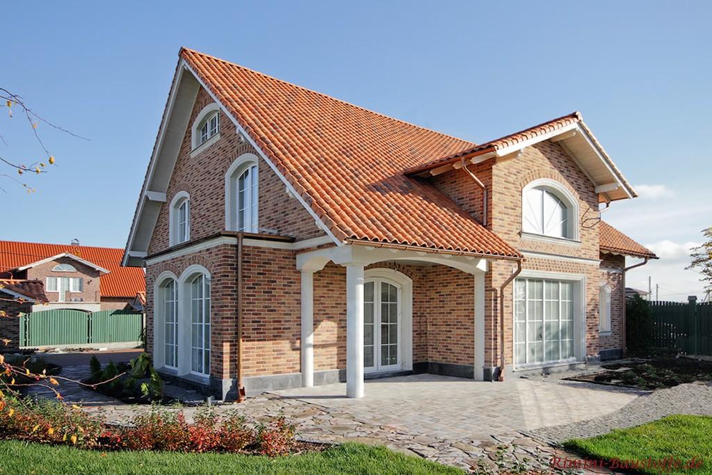 wilder Klinker mit einem schönen milden Dachfarbton, der sich in der Fassade wiederfindet