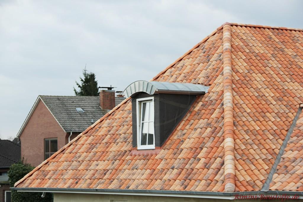 Romanischer Dachziegel in einer Mischfarbe