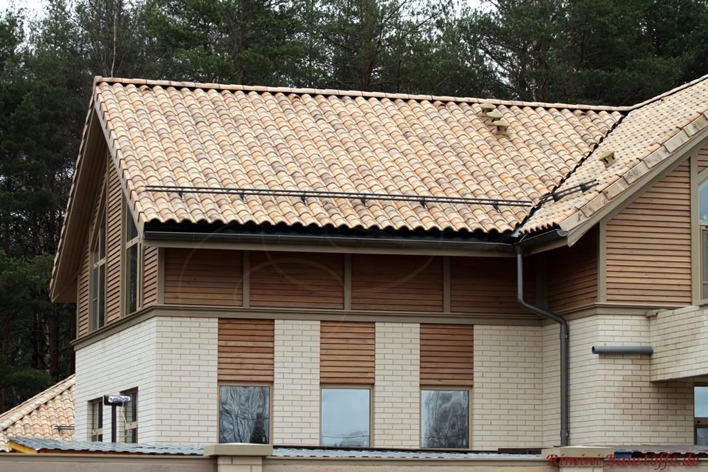 Fassade mit Klinker und Holz und dazu eine naturfarbene Dacheindeckung