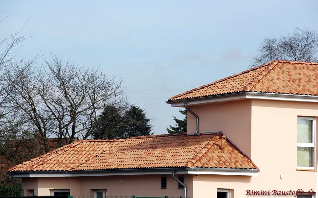 schöner strohfarbener Dachziegel mit großem Wulst