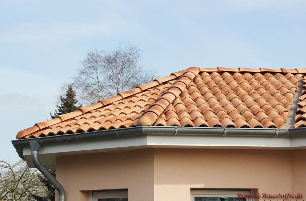 sehr schön verlegter romanischer Dachziegel in Strohfarben