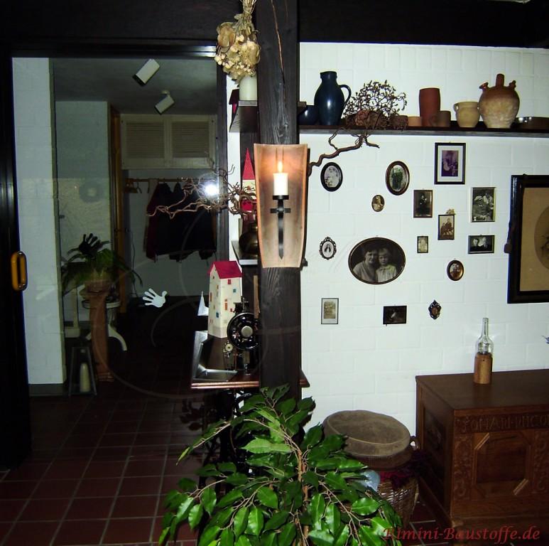 rustikale Wandlampe in einer Halbschale passend zum Stil des Raumes
