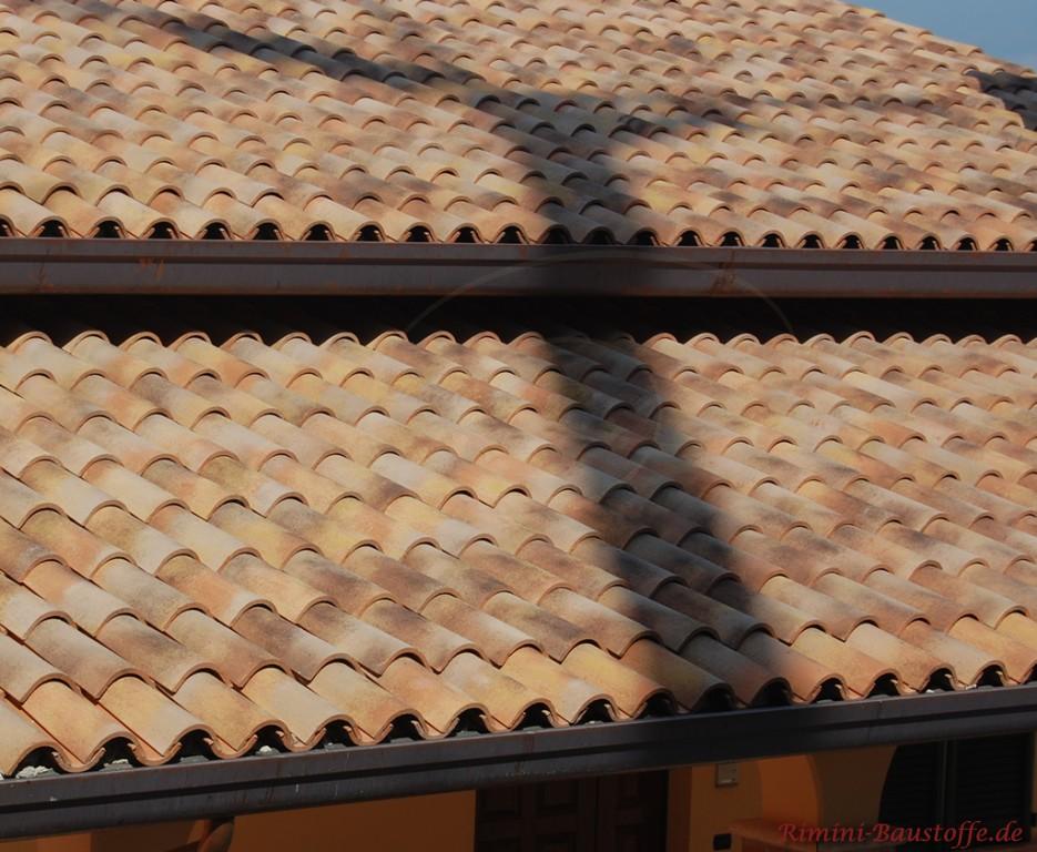 schöne mediterrane Dacheindeckung mit original Mönch Nonne Halbschalen